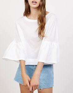 Blusa con manga volante. Descubre ésta y muchas otras prendas en Bershka con nuevos productos cada semana