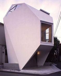 Os arquitetos japoneses do Atelier Tekuto exploraram até o limite uma casa de 44m² no cruzamento entre duas vias, concluindo um projeto minimalista ao extremo no formato de joia mineral #camilakleinarquiteta #minimalismo #arquitetura #tinyspaces #house #casa
