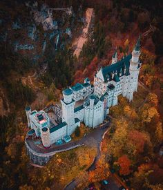 Neuschwanstein castle 🏰 Germany 🇩🇪 : pics, excellent ariel view, in the fall. Beautiful Castles, Beautiful Buildings, Beautiful World, Beautiful Places, Places To Travel, Places To Go, Travel Photographie, Castle Bedroom, Beau Site