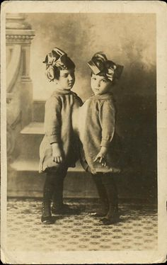 Your future child(ren)for Cristina. Your future child(ren) Old Circus, Vintage Circus, Vintage Twins, Vintage Photographs, Vintage Photos, Conjoined Twins, Human Oddities, Fiction, Sideshow