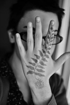 beautiful-hand-tree-frog-tattoos-stars.jpg (728×1096)
