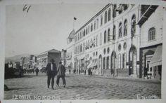 Kordonboyu. Bayrak olan bina bugünkü İl Turizm Müdürlüğü, o zaman Merkez Postanesi idi.