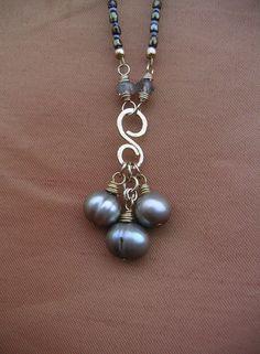 Martelé de Pendant de perle gris irisé  bijoux par BellantiJewelry