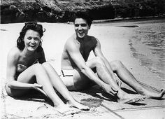 Joan Blackman and Elvis Presley have a great time during filming of Blue Hawaii Elvis Presley the King of Rock and Roll Elvis Presley Hawaii, Elvis Presley Movies, Hawaiian Sunset, Blue Hawaii, Foto Art, Graceland, In Hollywood, Rock And Roll, My Idol