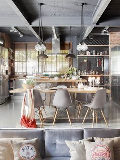 Loft-estilo-escandinavo-21-lamparas y pared pizarra Comedor sillas sofá