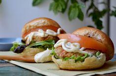 Piccoli, semplici, leggeri e salutari: mini burger di quinoa e peperoni