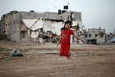 Una niña palestina juega en frente de la casa de su familia, que según testigos fue destruida por los bombardeos israelíes durante una guerra de 50 días el pasado verano en Gaza. (REUTERS, Mohammed Salem).