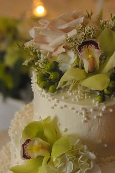 Detail: Edible pearls and flowers on our wedding cake :)