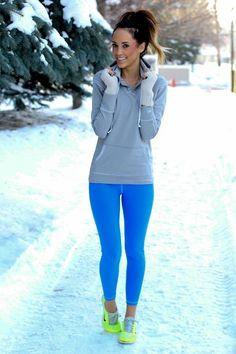 Acheter la tenue sur Lookastic: https://lookastic.fr/mode-femme/tenues/sweat-a-capuche-gris-leggings-chaussures-de-sport-gants/7074 — Chaussures de sport vertes — Leggings turquoise — Sweat à capuche gris — Gants en laine blancs