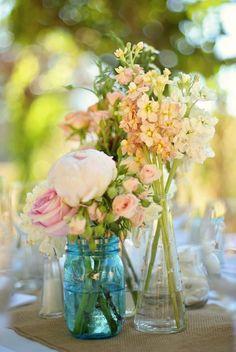 flores con botellas de cristal