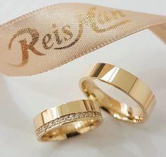 Alianças de Casamento em Ouro 18K Engagement Rings Couple, Couple Rings, Diamond Engagement Rings, One Ring, Ring Verlobung, Engagement Ring Photography, Matching Wedding Bands, Ring Pillow Wedding, Gold Wedding Rings