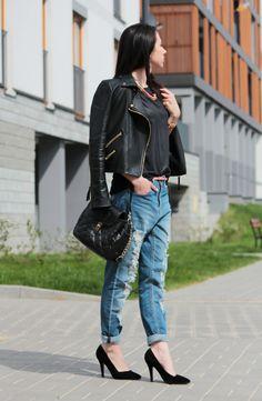 Belt, boyfriend jeans. Reserved.