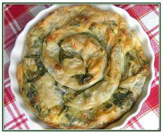 Banitza verte aux épinards frais et feta // 1 paquet de feuilles de filo - 600g d'épinards frais - 400g de feta - 4 oeufs - 1 yaourt nature 4 c. à soupe d'huile d'olive - 1 c. à soupe de farine - 1 pincée de bicarbonate de soude - Poivre du moulin.