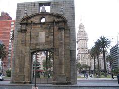 La puerta de la ciudadela vista desde la ciudad vieja, atrá la plaza Independencia y el palacio Salvo