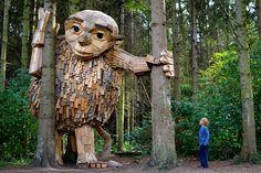 Schnitzeljagd im Grünen: Labyrinth mit Riesen aus recyceltem Holz  Um die ausgetretenen Pfade des Lebens einmal zu verlassen, benötigen wir zuweilen einen attraktiven Anreiz. Der dänische Künstler Thomas Dambo li...