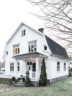 { FLORISTENS ᎶRÖNA ᏠUL I ᎦMÅLANᎠ } Till jul smyckar floristen Anna Elwing familjens vintervita villa i Gislaved med blommor och grönt. Det blir en jul som doftar ljuvligt! Grangirlanger och kransar utanpå fönstren. Innanför lyser ljusstakar och stjärnor och sprider ett varmt sken. Den vita trävillan med brutet tak och ståtliga korsfönster är vackert dekorerad. Redan på håll syns att här bor någon som älskar jul och har gröna fingrar.