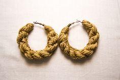 Pendientes de aro en cordón de rayón.   #joyeriatextil #pendientextiles #textilejewelry #textileearrings #textileart #rayón #goldencord #goldenearrings #goldenhoops #textilehandmade #handmadeearrings #dopeearrings #bigearrings