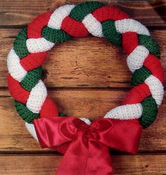 Christmas wreath, pattern found on : http://2good2lose.com/christmas/braided-wreath-crochet.jpg