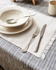 Il mare in tavola: idee per arredare in stile marinaro | Vita su Marte Indoor Outdoor, Table, Mesas, Desk, Tabletop, Inside Outside, Desks