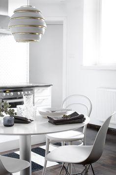 Pihkala: KASTEHELMEÄ JA KATTAUSTA Dining Decor, Modern Dining Rooms Contemporary, Interior, Interior Inspiration, Scandinavian Style Home, Fresh Decor, Home Design Decor, Kitchen Redecorating, Interior Deco