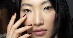 Mit dem Herbst gibt es auch für den Nagellack neue Trends. Welche Farben in der neuen Saison angesagt sind, auf ELLE.de!