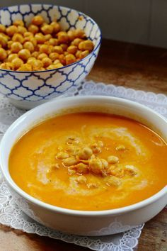 Wortel-kokossoep met gekruide kikkererwten Carrot and coconut soup with chickpeas Clean Recipes, Veggie Recipes, Soup Recipes, Vegetarian Recipes, Cooking Recipes, Healthy Recipes, I Love Food, Good Food, Yummy Food