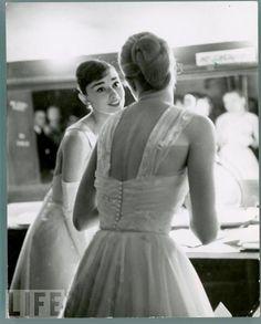 Audrey Hepburn & Grace Kelly (back turned), backstage at the 1956 Academy Awards. Kelly had won a 'Best Actress' Oscar the year before, and Hepburn had won it a year before that. Grace Kelly, Divas, Glamour Hollywoodien, Oscar Photo, Viejo Hollywood, Best Actress Oscar, Actrices Hollywood, Academy Awards, Mode Vintage