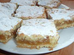 Mouku smícháme s kypřícím práškem, přidáme změklý tuk, cukr, mléko a vypracujeme hladké těsto.Rozdělíme ho na poloviny.První polovinu rozválíme... Apple Dessert Recipes, Sweet Desserts, Sweet Recipes, Cake Recipes, Czech Recipes, Ethnic Recipes, Yummy Treats, Sweet Tooth, Cheesecake
