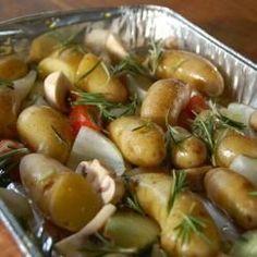 Aardappeltjes met rozemarijn, champignons, tomaat & kruidenboter op de BBQ. Lekker!