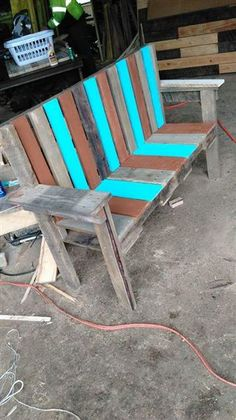 And here we bring you this DIY pallet garden bench seat to let you and your love enjoy some quality time together with a cup of tea or coffee or just sharing Pallet Furniture Easy, Pallet Furniture Designs, Furniture Ads, Inexpensive Furniture, Pallet Designs, Garden Furniture, Office Furniture, Pallet Garden Benches, Pallet Chair