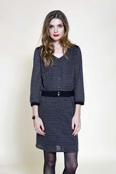 Robe doublée en maille fine, fluide (laine/polyester/lurex).Boutonnée sur le devant, découpes de tissu contrasté noir aux épaules, dos, taille et poignets.Longueur (épaule-ourlet): 93 cm (hauteur du mannequin: 1m80 )Coloris unique noirPrix:219€-30%: 153€