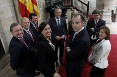 Con todos los miembros del Consell, tras la  firma del decreto de disolución de Les Corts