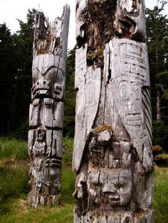 Adapted from The Vancouver Sun Level 1 A totem pole is a carved log. The carvings tell stories and history. The new totem pole is 14 metres tall. Native Art, Native American Art, Native Symbols, Native Canadian, Haida Gwaii, Haida Art, Art Premier, Native Design, Pacific Northwest
