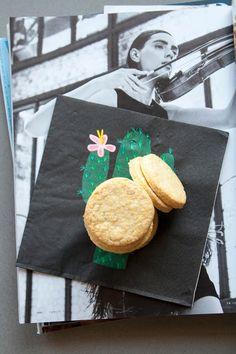 Ingredienti per circa 25-30 biscotti:200 gr di farina 0050 gr di farina 01 pizzico di lievito in polvere per dolci1 cucchiaio di fecola di patate100 gr di zucchero semolato100 gr di burro di qualità2