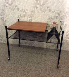50 luvun lopun pyörällinen vinyylilevypöytä . korkeus 53cm . leveys 73cm . syvyys 45cm . @kooPernu