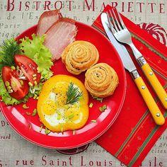Сегодня хмурый день и дождь за окном  а в моей тарелке на завтрак яркое солнышко #яичница #перец #помидоры #булочки #eggs #tomato #pepper #bagel #foodporn #food