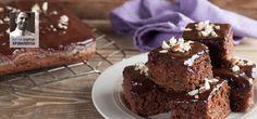 Αφράτο και σοκολατένιο, «λουσμένο» με επίσης σοκολατένια σάλτσα, αυτό το κέικ θα κάνει πολύ χαρούμενους τους αμετανόητους εραστές της διάσημης ντίβας.