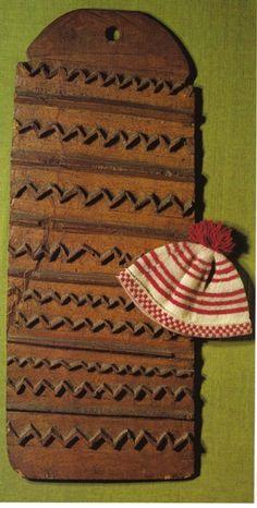 Foulage – Traitement appliqué aux lainages tissés et tricotés, qui consiste à resserrer et à emmêler les fibres du textile pour lui donner du corps, du moelleux et de l'épaisseur. Cette plance à fouler provient de Fionie, l'une des principales îles danoises,  et date de la première moitié du 18ème siècle. A côté de la planche, bonnet tricoté et foulé à la main.