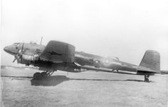 """""""Este Focke Wulf Fw-200 """"Condor"""" fue capturado intacto por los soviéticos en un aerodrómo durante el cerco de Stalingrado. Nótese el emblema de la bola del mundo bajo el morro y las escarapelas rusas añadidas tras la captura. La esvástica de la cola ha sido borrada."""""""