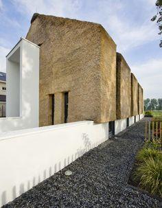 Living on the Edge by Arjen Reas. Een Nederlandse architect die een gebouw heeft ontworpen als een kruising tussen een moderne woning en een traditionele Nederlandse boerderij. De combinatie van twee zeer verschillende maar herkenbare materialen in het Nederlandse landschap resulteert in een een moderne en traditionele structuur.