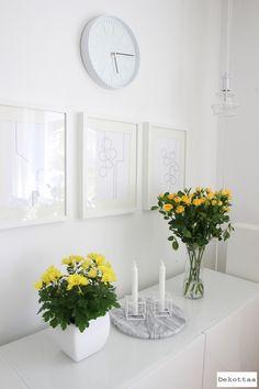 Dekottaa, keltaisia kukkia olohuoneessa