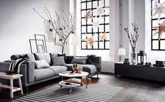 Ett julpyntat rum med grå NOCKEBY soffa i fokus.