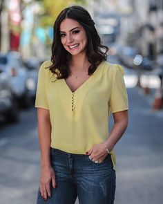 blusas blusa crepe larissa decote v botoes perola - Busca na Sibelle Alves de Assis Blouse Styles, Blouse Designs, Moda Chic, Yellow Top, Casual Looks, Chiffon, Plus Size, Womens Fashion, How To Wear