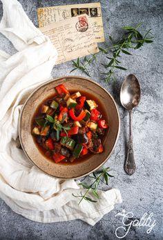 Ratatouille-warzywny-gulasz-dieta-dr-Dabrowskiej Kielbasa, Chana Masala, Salsa, Grilling, Halloumi, Ratatouille, Ethnic Recipes, Pudding, Diet