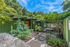 Bright 1950s mid-century modern Los Angeles home is for sale at $1.175 million Modern Exterior, Exterior Colors, Interior And Exterior, Modern Architects, Los Angeles Homes, Post And Beam, California Homes, Mid Century House, Mid Century Modern Furniture