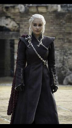I was born to rule the Seven Kingdoms and I will. I was born to rule the Seven Kingdoms and I will. Emilia Clarke Daenerys Targaryen, Game Of Throne Daenerys, Acteurs Game Of Throne, Medieval Dress, Khaleesi Hair, The Mother Of Dragons, Got Costumes, Got Game Of Thrones, Game Of Thrones Cosplay