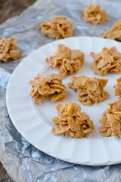 Leave your oven off, and make a batch of these No-Bake Butterscotch Cornflake Cookies - Use your microwave oven to melt Peanut Butter and Butterscotch Chips, and stir these up in just a couple of minutes. No corn syrup needed. Gluten Free Desserts, Just Desserts, Delicious Desserts, Yummy Food, Cookie Recipes, Dessert Recipes, Candy Recipes, Yummy Recipes, No Bake Cookies