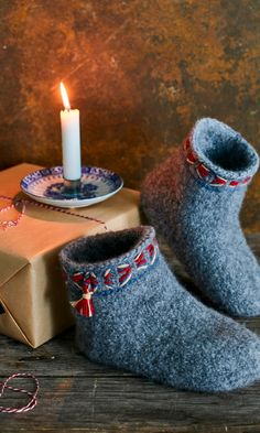 Huovutetut tossut | Meillä kotona Handmade Flowers, Knitting Socks, Needle And Thread, Womens Slippers, Fabric Flowers, Handicraft, Diy Fashion, Mittens, Knit Crochet
