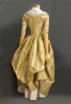 French brocaded silk taffeta open robe, 1780s. Vintage Textiles #2811.