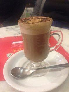 Com chuva ... café e conhaque. Boa noite! :)